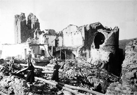Villa Collemandina: la chiesa in gran parte crollata e il campanile diroccato e spaccato
