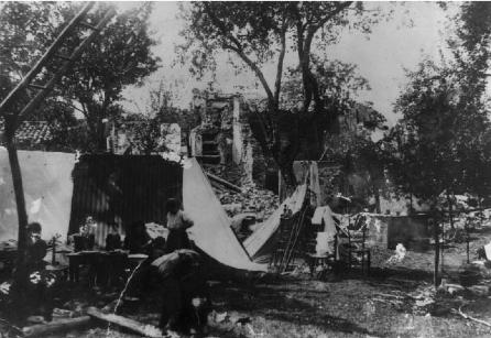 Villa Collemandina: ripari provvisori vicino alle rovine.