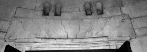 Fig. 5 - Ravenna, Mausoleo di Teodorico, piattabanda di conci a saetta.