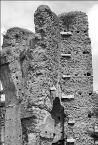 Fig. 8- Roma, Palazzo Sessoriano, contrafforti con morse di travertino esterni all'abside del c.d. Tempio di Venere e Cupido.